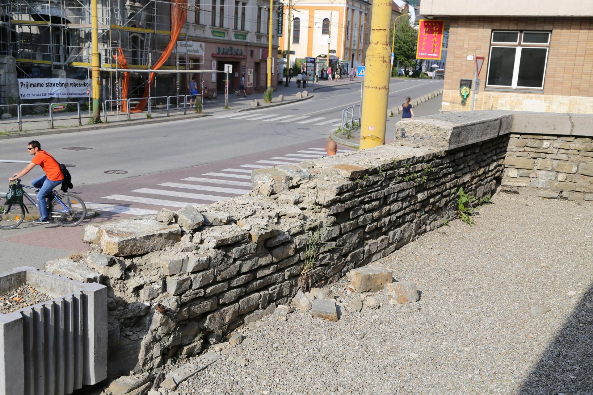 Synagóga v Žiline, kamenný múr - stav pred reštaurovaním