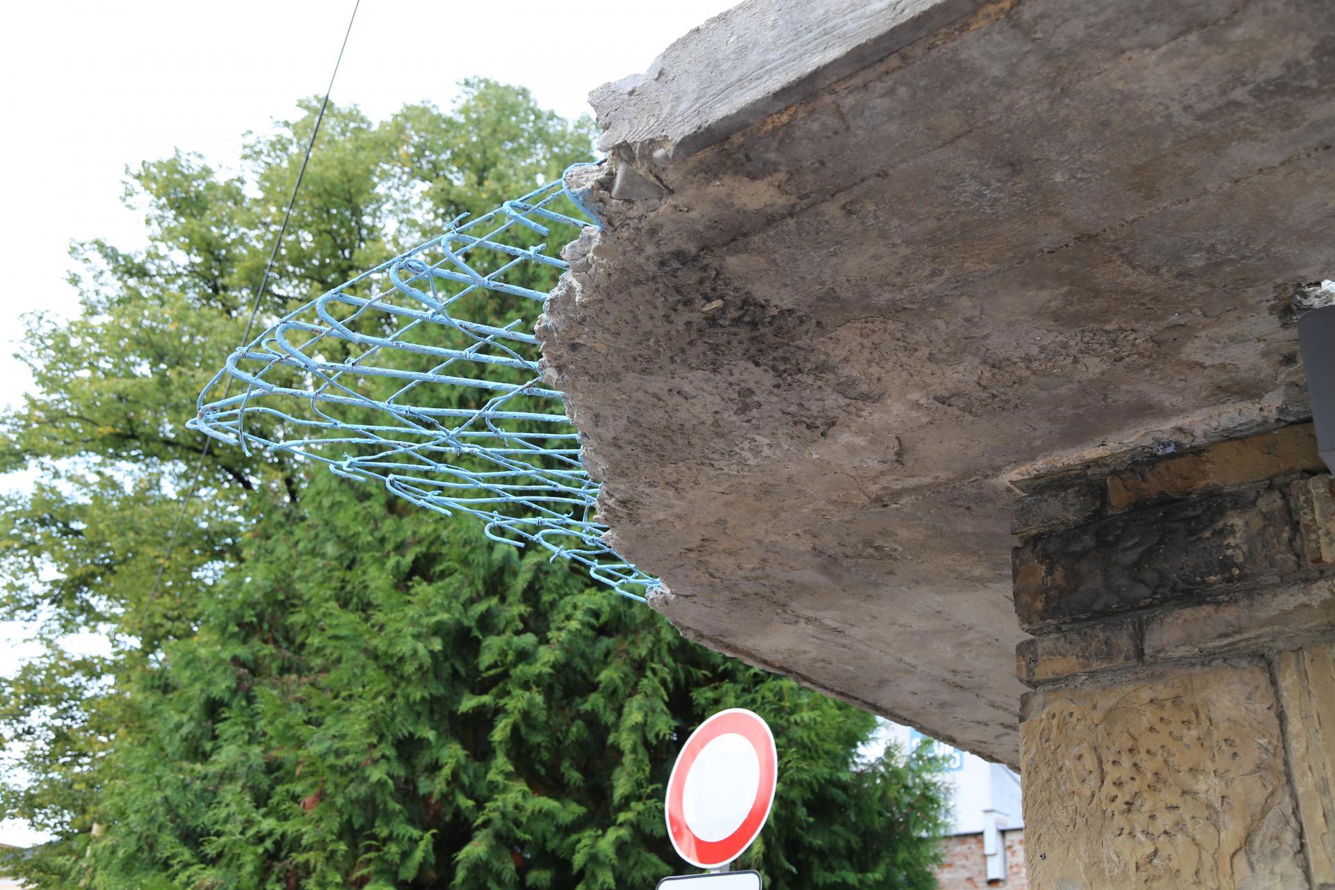 Synagóga v Žiline, detail poškodenia betonových markýz