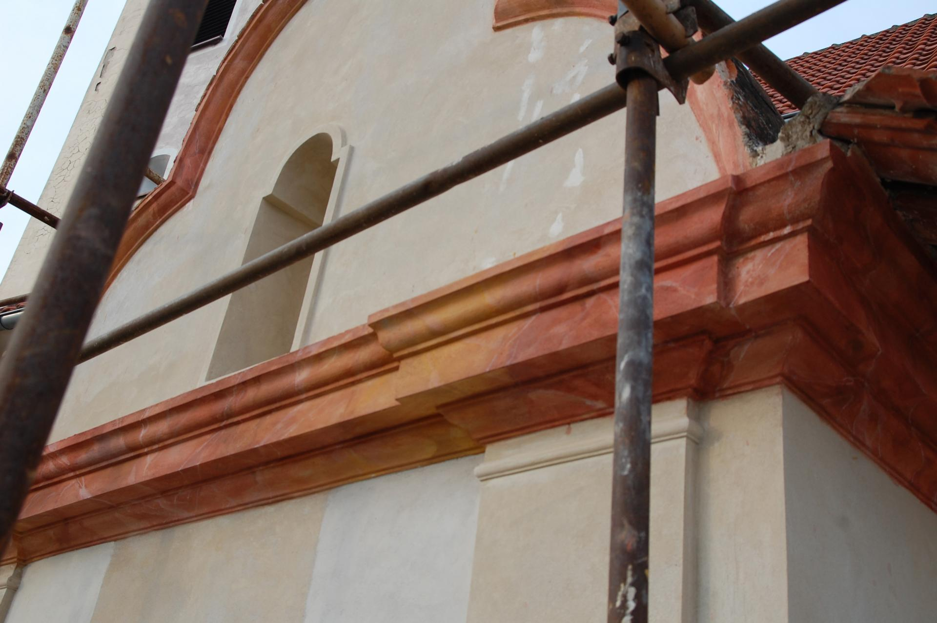 Kostol sv. Alžbety, rímsa po rekonštrukcií mramorovania